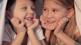 Reizender Bruder und Schwester, die zu Hause im Bett liegt stock video footage