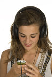 Reizender Brunette mit MP3-player Stockfotografie