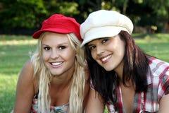 Reizender Brunette und blonde Freunde Stockfoto
