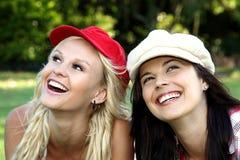 Reizender Brunette und blonde Freunde Lizenzfreies Stockbild