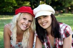 Reizender Brunette und blonde Freunde Lizenzfreie Stockbilder
