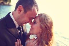 Reizender Bräutigam und Braut draußen an einem sonnigen Tag Lizenzfreies Stockfoto