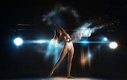 Reizender dünner blonder Balletttänzer auf Stadium bei der Theateraufstellung Stockbilder