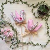 Reizender Frühlingspiepmatz handgemacht, ein Symbol des Frühlinges Stockbild