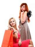 Reizender Fraueningwer und -blondine mit Einkaufenbeuteln Lizenzfreie Stockfotos