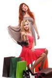 Reizender Fraueningwer und -blondine mit Einkaufstaschen Stockfotos