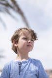 Reizender Junge, der weg schaut Lizenzfreies Stockfoto