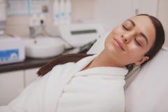 Reizender junge Frau Besuchscosmetologist an der Schönheitsklinik lizenzfreies stockbild