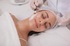 Reizender junge Frau Besuchscosmetologist an der Schönheitsklinik stockbilder