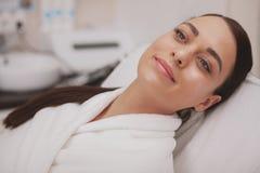 Reizender junge Frau Besuchscosmetologist an der Schönheitsklinik stockbild
