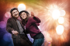 Reizender junger Mann und Frau, die sorglosen, abstrakten Hintergrund tanzt lizenzfreie stockbilder