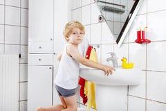 Reizender Kleinkindjunge, der seine Zähne, zuhause putzt Lizenzfreie Stockfotos