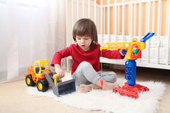 Reizender Kleinkindjunge spielt Autos Lizenzfreies Stockfoto