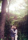 Reizender Mann, der ihre Frau umarmt lizenzfreie stockfotos