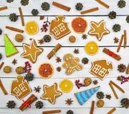 Reizender neues Jahr ` s Dekor Weihnachtshintergrund, selbst gemachte Lebkuchenplätzchen und natürlicher Dekor sehr viele Fleisch Stockbild