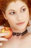 Reizender Redhead mit köstlichem Lizenzfreies Stockfoto