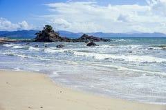 Reizender sonniger Tag auf dem Strand Stockbild
