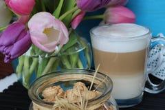 Reizender Tag, Zeit für Kaffee, Frühlingszeit, Muttertag, romantische Farben, Valentinsgrüße lizenzfreie stockbilder