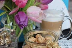 Reizender Tag, Zeit für Kaffee, Frühlingszeit, Muttertag, romantische Farben, Valentinsgrüße stockbilder