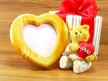 Reizender Teddybärbraunbär und rote Herzform Lizenzfreies Stockbild