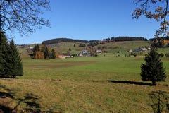 Reizender Wanderweg nannte ` ` Ibacher Panoramaweg nahe Oberibach, welches die bunte Landschaft im südlichen Schwarzen zeigt Lizenzfreie Stockfotografie