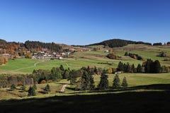 Reizender Wanderweg nannte ` ` Ibacher Panoramaweg nahe Oberibach, welches die bunte Landschaft im südlichen Schwarzen zeigt Lizenzfreies Stockfoto