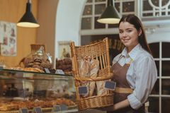 Reizender weiblicher Bäcker, der an ihrem Café arbeitet lizenzfreies stockfoto