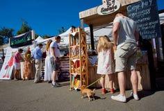 Reizender Welpe und Familie, die Spaß auf Markt hat Lizenzfreie Stockbilder