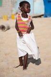 Reizendes afrikanisches stilvolles kleines Mädchen auf dem Strand in Senegal Stockfoto