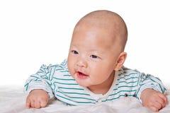 Reizendes Baby, das auf Bett groveling ist Lizenzfreie Stockfotos