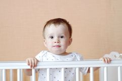 Reizendes Baby im weißen Bett Stockbilder