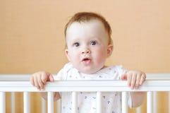 Reizendes Baby im weißen Bett Stockfoto