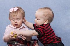 Reizendes Baby und hübsches Baby, die zusammen spielt Lizenzfreie Stockfotografie