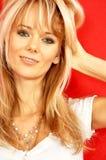 Reizendes blondes über rotem #2 Lizenzfreies Stockbild