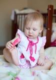 Reizendes blondes Baby, das mit Spielzeug, selektiver Fokus spielt Lizenzfreies Stockfoto
