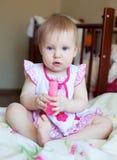 Reizendes blondes Baby mit den blauen Augen, die mit Spielzeug, selectiv spielen Stockfotos