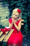 Reizendes blondes betendes Mädchen Stockfotografie