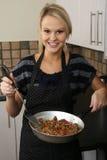Reizendes blondes Frauen-Kochen Stockfotografie
