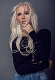 Reizendes blondes junges Mädchen bei der Aufstellung Stockbilder