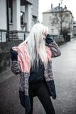 Reizendes blondes junges Mädchen, das draußen aufwirft Lizenzfreie Stockbilder