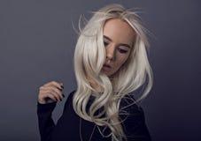 Reizendes blondes junges Modell bei der Aufstellung Lizenzfreie Stockfotos