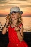 Reizendes blondes Kind im Hut im Strand Stockbilder