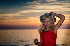 Reizendes blondes Kind im Hut im Strand Lizenzfreie Stockbilder