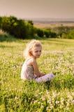 Reizendes blondes Mädchen allein in der Wiese Lizenzfreies Stockfoto