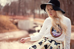 Reizendes blondes Mädchen bei der Aufstellung Lizenzfreies Stockfoto
