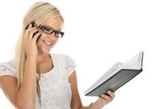 Reizendes blondes Mädchen, das Tagebuch überprüft Lizenzfreie Stockbilder
