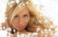 Reizendes blondes mit Schneeflocken Lizenzfreies Stockfoto