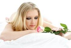 Reizendes blondes mit stieg in Bett Lizenzfreie Stockbilder
