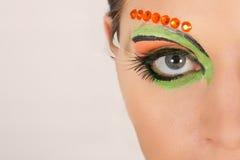 Reizendes Brunettefrauenporträt mit kreativem Make-up Stockfotos