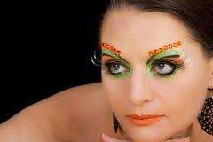 Reizendes Brunettefrauenporträt mit kreativem Make-up Stockfoto